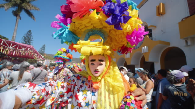 vídeos de stock e filmes b-roll de paraders in colorful costumes and masks marching during the zoque coiteco parade in chiapas, mexico - imagem a cores