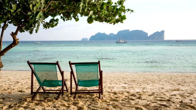 vídeos de stock, filmes e b-roll de paradise beach - cadeira dobrável