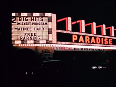 vidéos et rushes de 1941 pan paradise movie theatre marquee to billboard at night / chicago / industrial - prelinger archive