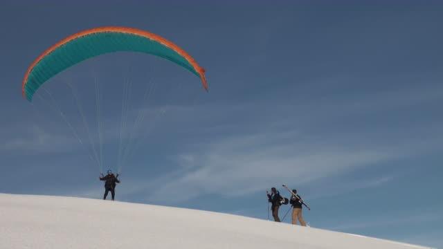 vidéos et rushes de ws pov paraglider at mannlichen / grindelwald, bernese oberland, switzerland - parapente