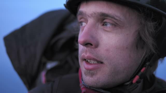 vídeos de stock, filmes e b-roll de hd: parapente desfrutando a vista - paraquedismo