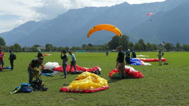 paraglider in interlaken, bernese oberland, canton of bern, switzerland - paragliding stock videos & royalty-free footage