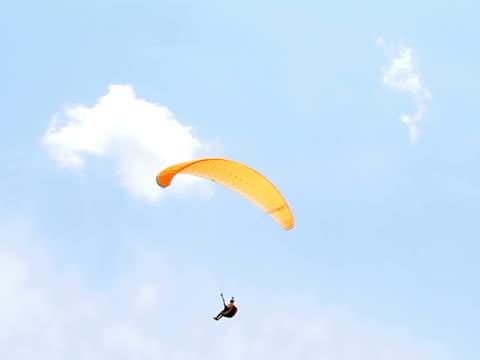 vídeos de stock, filmes e b-roll de parapente no céu - paraquedismo