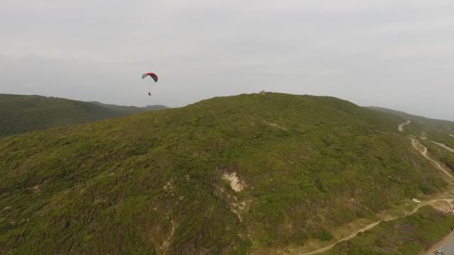 vídeos de stock e filmes b-roll de aerial paraglider/ port elizabeth/ south africa - placa de nome de rua