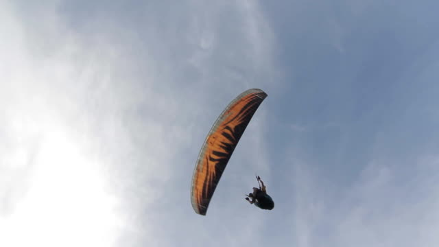 パラグライダーソアリング空に - パラグライディング点の映像素材/bロール