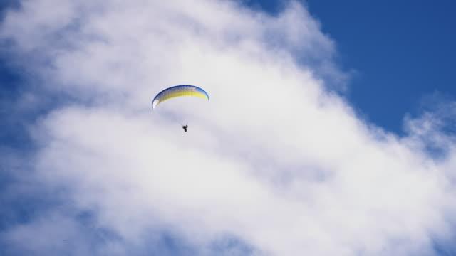 SLO MO Paraglider springend in de lucht
