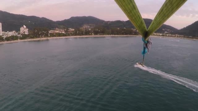 サンセットビーチでパラグライダー - パラグライディング点の映像素材/bロール