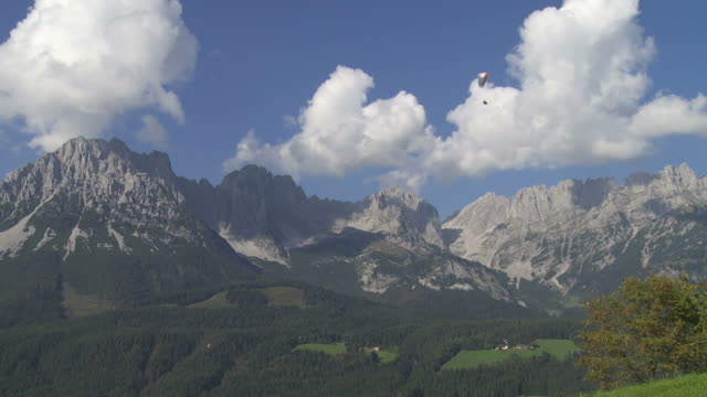 hd paragliding in front of mountain range - herbst stock videos & royalty-free footage