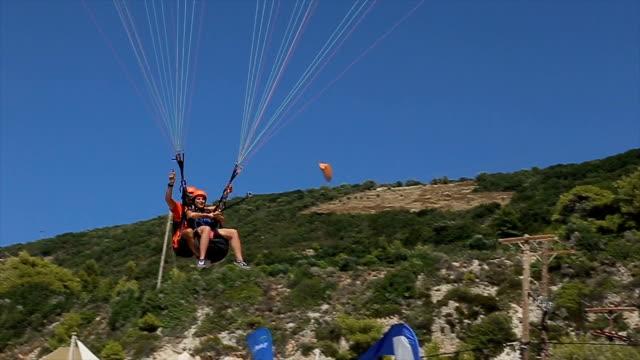 paragliding, die landung am strand - fallschirm stock-videos und b-roll-filmmaterial