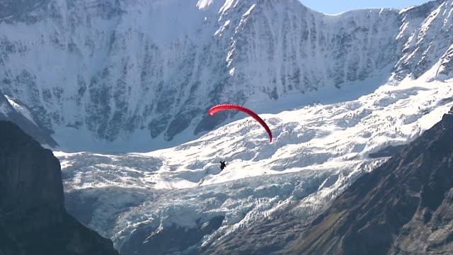 stockvideo's en b-roll-footage met paragliding near grindelwald - kees van den burg