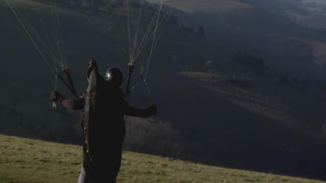 paragliding on the south downs, east sussex, uk - einige gegenstände mittelgroße ansammlung stock-videos und b-roll-filmmaterial
