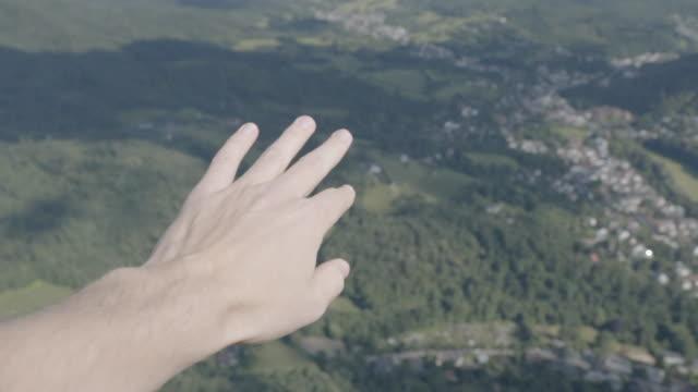 vidéos et rushes de pov parapente sur la forêt et les villes - parapente