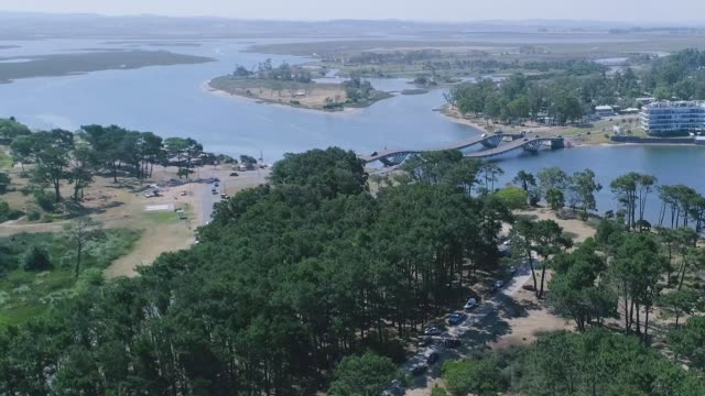 stockvideo's en b-roll-footage met paragliding over la barra neighborhood, punta del este city, uruguay - uruguay