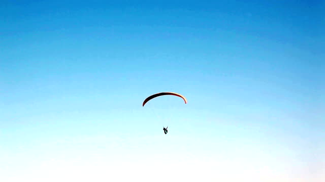 paragliding (silhouette) - fallschirm stock-videos und b-roll-filmmaterial