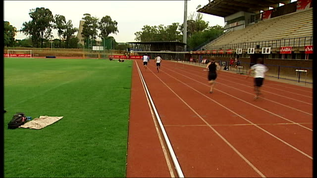 south african champion sprinter breaks all records pistorius racing along running track on carbonfibre legs pistorius walking towards with other... - オスカー・ピストリウス点の映像素材/bロール