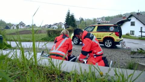 vídeos y material grabado en eventos de stock de el equipo de ws paramedic intenta reanimar a la víctima mediante la preformación de rcp - primeros auxilios