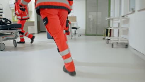 vídeos y material grabado en eventos de stock de equipo de paramédicos de slo que tiene una llamada de emergencia - primeros auxilios