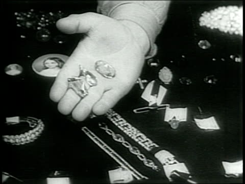 vidéos et rushes de paramount newsreel / jewel robbery / mps stand guard over $1000 worth of hessian jewelry stolen by american soldiers from germany / the army's... - antiquités