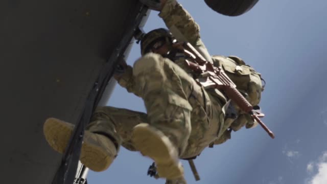 pararescue training with uh60 black hawk helicopter in new mexico - united states airforce 個影片檔及 b 捲影像