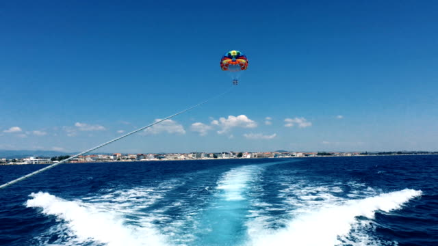 parasailing. - motorboot stock-videos und b-roll-filmmaterial