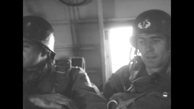 vídeos y material grabado en eventos de stock de cu paratrooper sitting in plane another next to him / ms paratroopers / paratrooper fastening helmet pan paratroopers next to him last one chewing... - soldado paracaidista