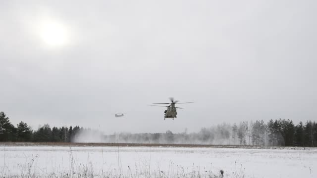 us paratroopers and multinational partners from spain germany and the united kingdom conduct an airborne operation from a ch47 chinook helicopter at... - fallschirmjäger stock-videos und b-roll-filmmaterial