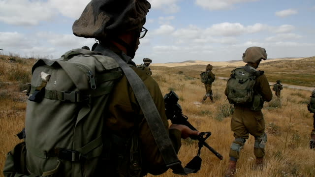 vídeos de stock e filmes b-roll de paratroopers / army soldiers in training, israel idf / slow motion - israel