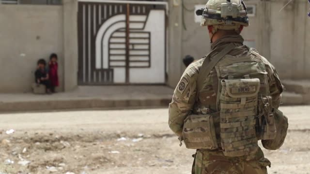 vídeos de stock e filmes b-roll de paratroopers deployed in support of combined joint task force operation inherent resolve and assigned to 2nd brigade combat team 82nd airborne... - coligação