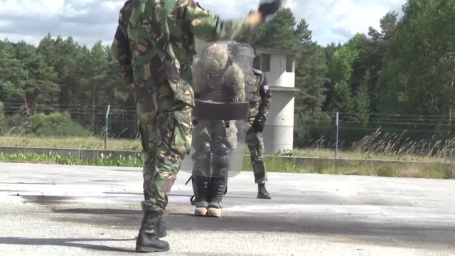 paratroopers from 3319th airborne field artillery regiment from fort bragg north carolina underwent fire phobia training during a kfor multinational... - militärövning bildbanksvideor och videomaterial från bakom kulisserna
