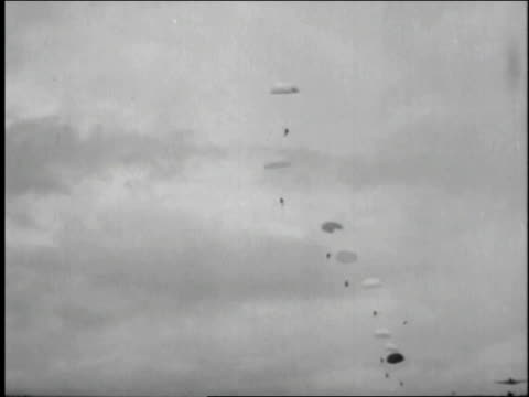 paratroopers landing in an open field - fallschirmjäger stock-videos und b-roll-filmmaterial