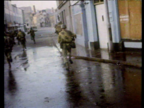 stockvideo's en b-roll-footage met paratroopers move into positions around deserted streets in bogside searching for rioters to arrest immediately prior to bloody sunday shootings... - 1972