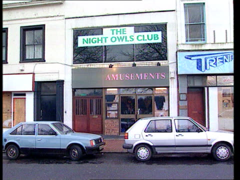 paratroopers who escaped prison for drunken assault punished by commanding officer england hampshire aldershot ext gv night owls club name on window... - gefängnisausbruch stock-videos und b-roll-filmmaterial