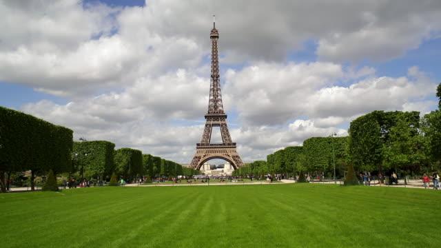 parc du champ de mars, eiffel tower, paris, france - エッフェル塔点の映像素材/bロール