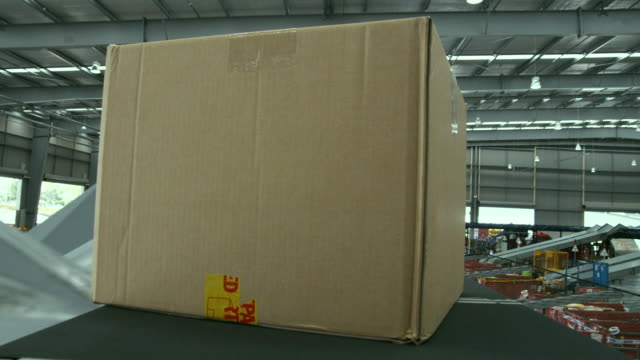 stockvideo's en b-roll-footage met pov parcel on conveyer, auckland, new zealand - lopende band