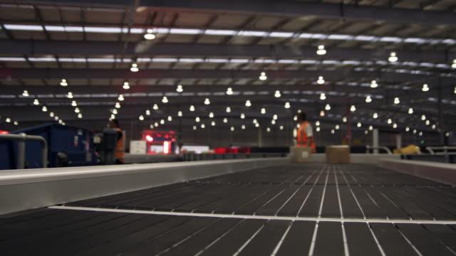 vídeos y material grabado en eventos de stock de pov parcel on conveyer, auckland, new zealand - dentro