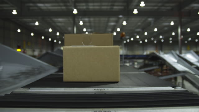 t/l pov parcel on conveyer, auckland, new zealand - fließband stock-videos und b-roll-filmmaterial