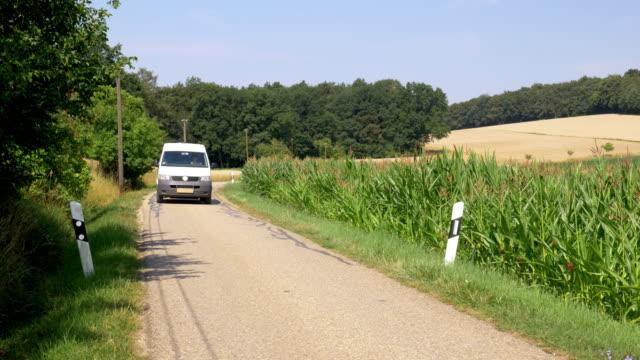 paketpost-lieferung im ländlichen raum - lieferwagen stock-videos und b-roll-filmmaterial
