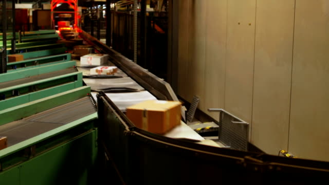 slo mo paket transfer in der distribution center - postamt stock-videos und b-roll-filmmaterial