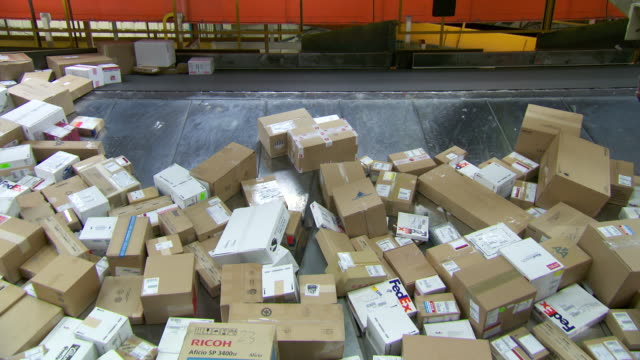 vidéos et rushes de ms parcels are sorted on conveyor belt in fedex depot / memphis, tennessee, united states - poste
