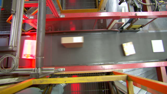 vidéos et rushes de ms parcels are sorted on conveyor belt in fedex depot / memphis, tennessee, united states - service postal