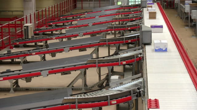 ms parcels divided through conveyor belts at warehouse of catalog company / grossostheim, bavaria, germany - divisione video stock e b–roll
