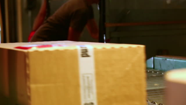 cu parcels loaded onto conveyor belt in a parcel distribution center  - 数個の物点の映像素材/bロール