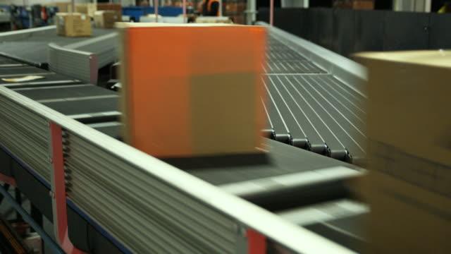 vídeos de stock, filmes e b-roll de cu parcels on conveyer, auckland, new zealand - pacote arranjo