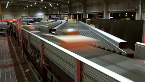 stockvideo's en b-roll-footage met t/l ms parcels on conveyer, auckland, new zealand - distribution warehouse