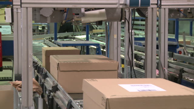 MS Parcels on conveyor belt at warehouse / Straubing, Bavaria, Germany