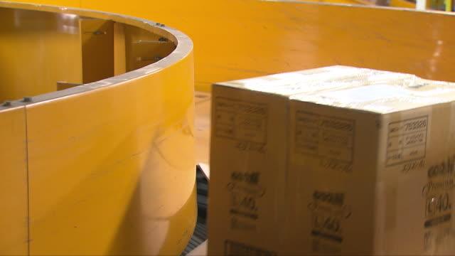 vídeos y material grabado en eventos de stock de parcels on conveyor belt for overseas delivery from south korea - caja de cartón