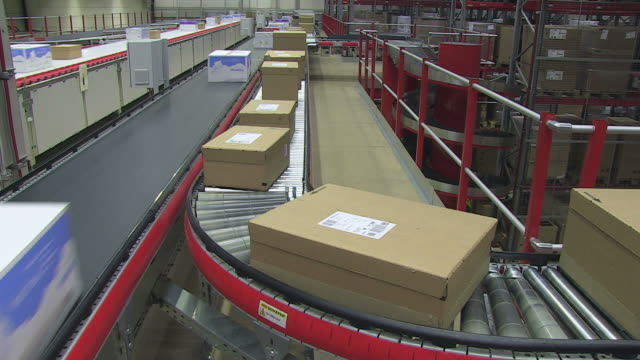 MS Parcels passing on conveyor belt at high bay warehouse / Grosostheim, Bavaria, Germany
