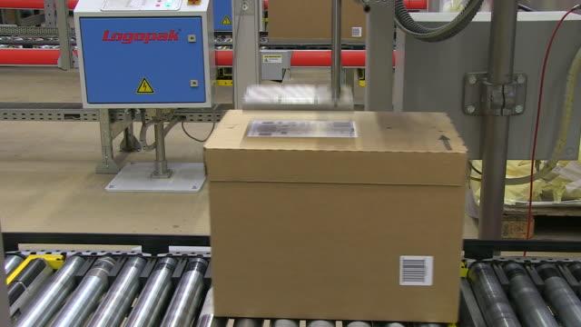 cu parcels passing on conveyor belt at high bay warehouse / grosostheim, bavaria, germany  - belt stock videos & royalty-free footage