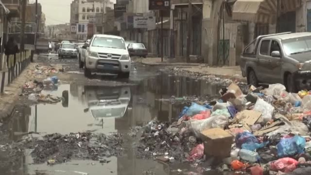 vídeos y material grabado en eventos de stock de parcialmente controlada por los rebeldes aden la segunda ciudad yemeni esta ante una amenaza casi tan seria como los combates la propagacion de... - tan