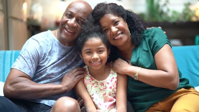 vídeos de stock, filmes e b-roll de pai e filha em casa - unidade